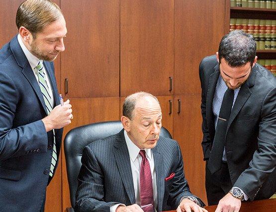 abogados examinando un caso
