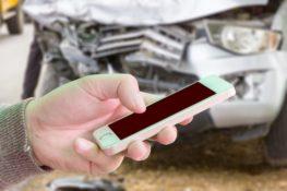 persona reportando accidente de camion por telefono celular