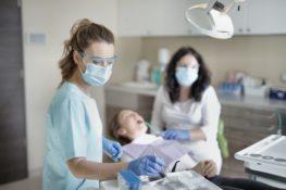 Cirugía dental en una paciente