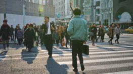 peatones caminando por el paso de peatones
