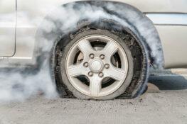 explosion de llanta en automovil